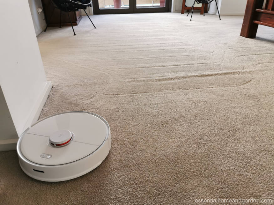 Roborock S5 Max vacuuming carpet